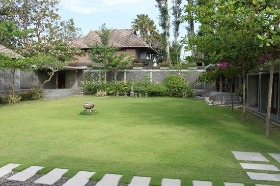 Alindra Villa: Giardino privato della Grand Pool Villa