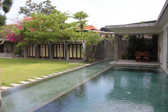 Alindra Villa: Vista del giardino + piscina privata (con parte della piscina per i bimbi) + jacuzzi della GPV