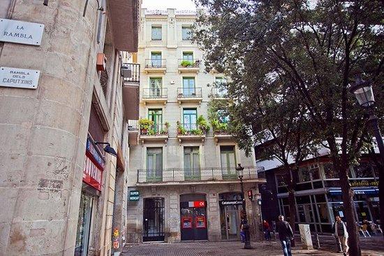 Las Ramblas Passatge Bacardi Apartments : oone of our buildings in ramblas