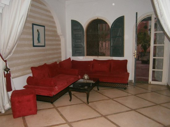 Riad Dar Alfarah: seating area in suite