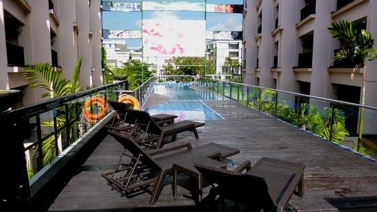 Park Regis Kuta Bali: Swimming pool, next to the breakfast corner ( Padi-padi restaurant )