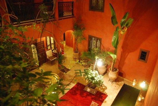 Riad Honey Sarl: Der Innenhof am Abend