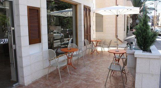 Hotel Ness Ziona: small terrace to sit in front of hotel