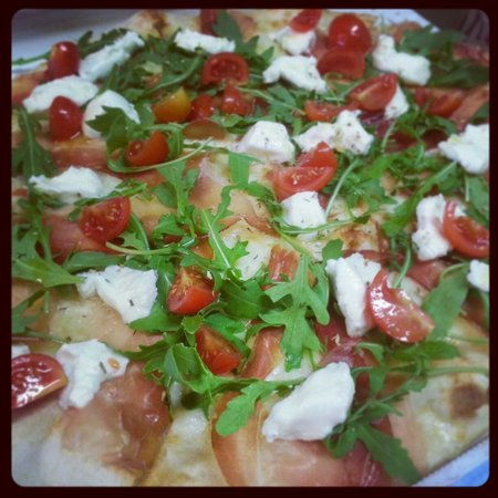 Pizzeria Cip & Ciop: Pizza Ma:mozzarelle, prosciutto crudo, rucola, pomodorini e stracchino