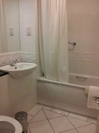 The Castlecourt Hotel: castlecourt bathroom