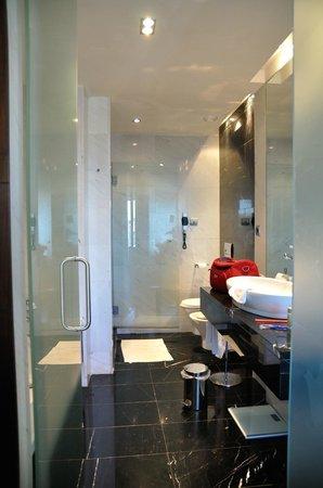 Eurostars Das Letras Hotel: ruime badkamer met bad én douche