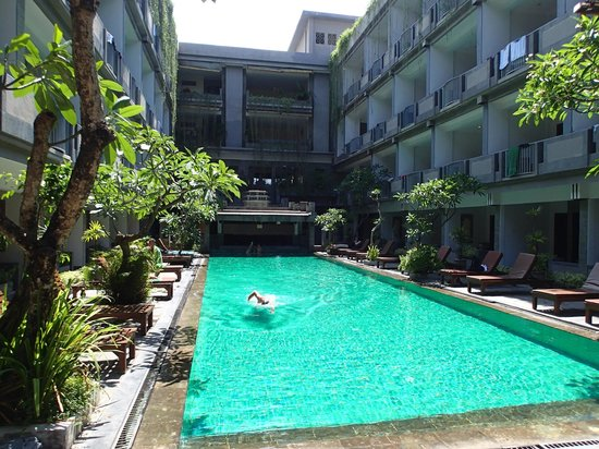 Champlung Mas Hotel: Looking toward pool bar and reception