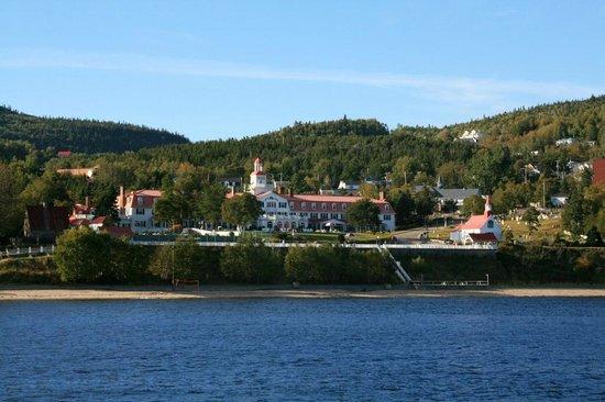 Hotel Tadoussac : Blick vom St.-Lorenz-Strom auf das Hotel