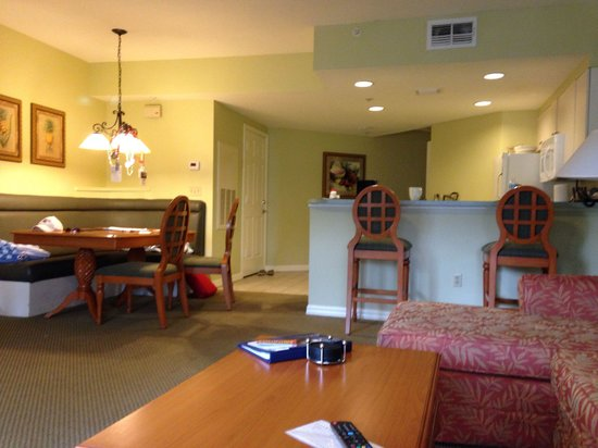 Wyndham Cypress Palms: Eating area and kitchen