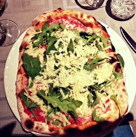 La Briciola: Pizza avec carpaccio de boeuf, mozzarella de bufala, roquette et parmesan