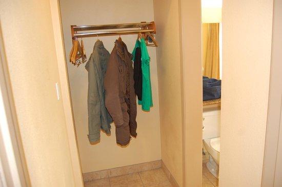 Diamond Head Inn : la penderie près de la salle de bain