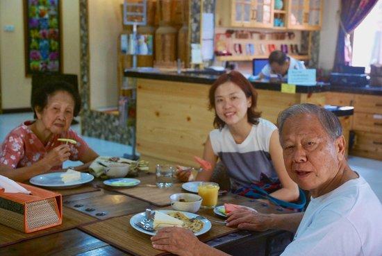 Lost Paradise Resort: Having breakfast