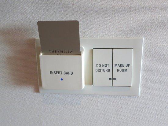 The Shilla Seoul: 객실 입구에 카드키를 넣고 특이한 것은 방해하지 말라는 문구와 청소 요청 스위치가 있습니다