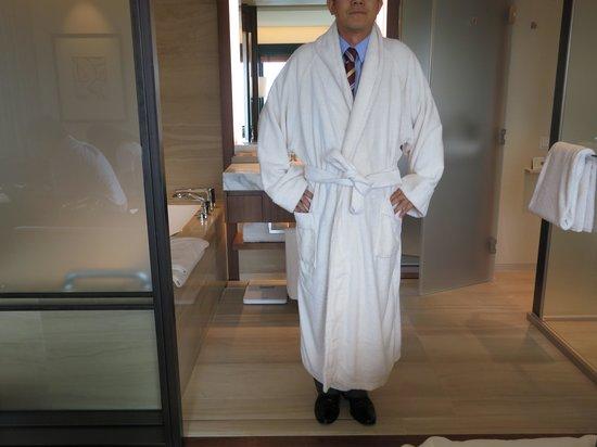 The Shilla Seoul : 넘 큰 욕실 가운(엽방에 있는 동료가 입었는데 동료 키는 176센치입니다,,ㅋㅋ)