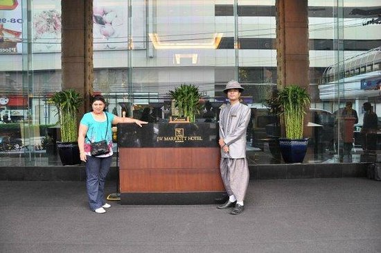 JW Marriott Hotel Bangkok: Outside hotel