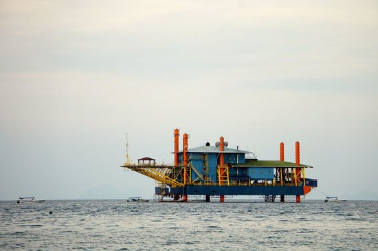 Seaventures Dive Rig: View of oil rig from Mabul Island