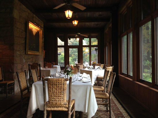 The Lodge at Glendorn: Beautuiful porch dining area with picture perfect views