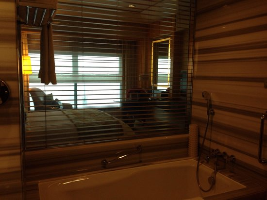 Ningbo Marriott Hotel : Bathroom/room window