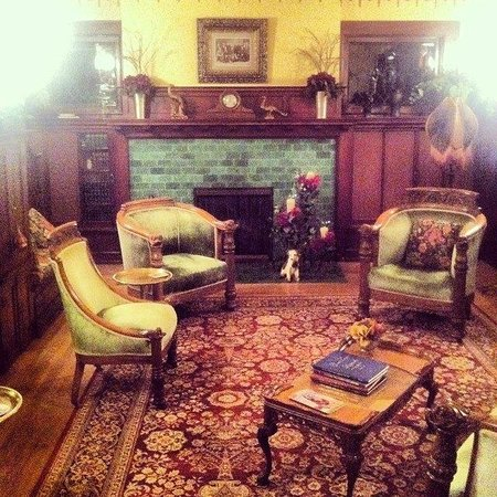 Antiquities' Wellington Inn : Front sitting room.....beautiful.