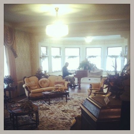 Antiquities' Wellington Inn: Hank playing the piano...view from the sitting room.