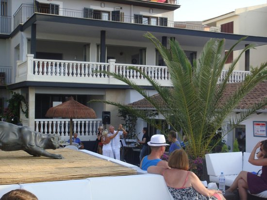 Hotel Bon Repos: Live music at the pool