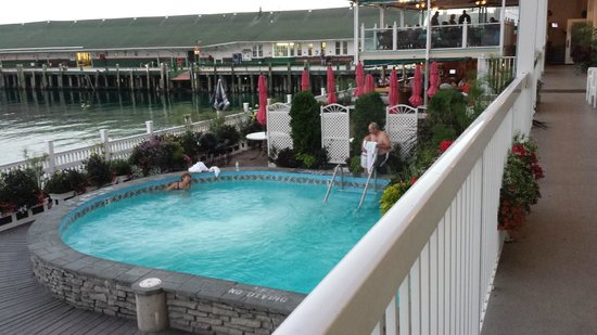 Chippewa Hotel Waterfront: Hot tub