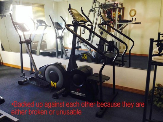 Econo Lodge Inn & Suites : Exercise room with equipment not working