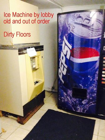 Econo Lodge Inn & Suites : Old, broken ice machine