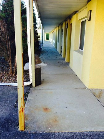 Econo Lodge Inn & Suites : Outside of guest rooms