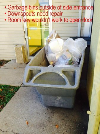 Econo Lodge Inn & Suites: Side entrance with garbage bins and locks that don't work