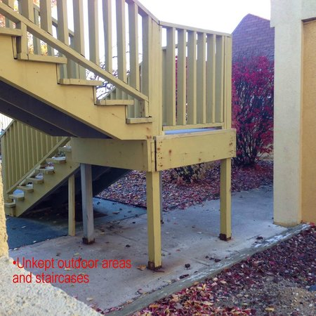 Econo Lodge Inn & Suites: Unkept outoor areas