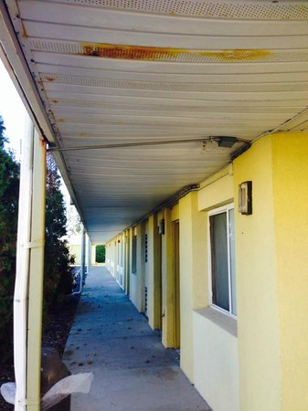 Econo Lodge Inn & Suites : Rusting, sagging ceilings