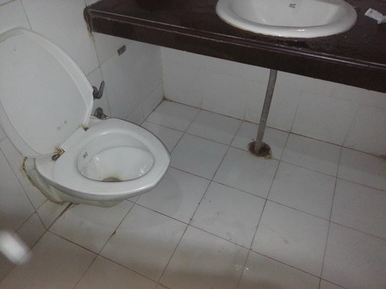 Hotel Kishore International: broken WC