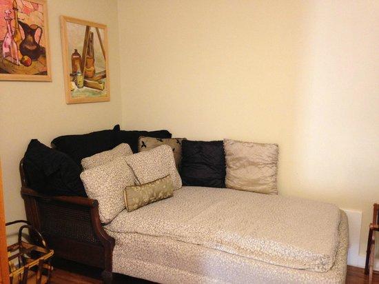 Full Moon Inn: Chaise Lounge in Peach Room