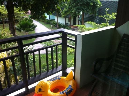 Phi Phi Andaman Beach Resort: the private nice balcony and the frogs concerts