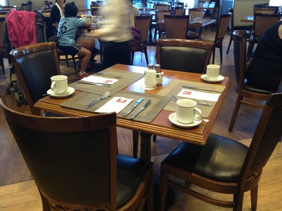 Leonardo Hotel Jerusalem: breakfast table