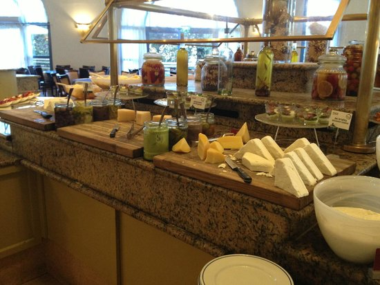 Leonardo Hotel Jerusalem: breakfast cheese selection