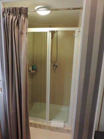 Trevi 41 Hotel: Chuveiro separado do banheiro