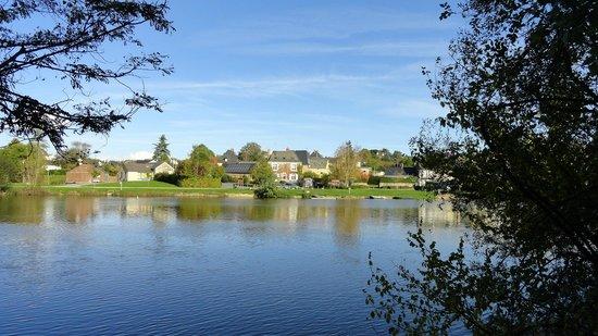 Rives Mayenne : la maison depuis la rive d'en face