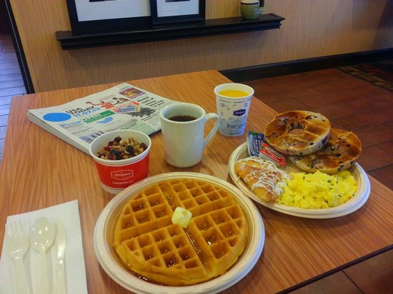 Hampton Inn Bellevue / Nashville-I-40-West: Look at my perfect waffle!