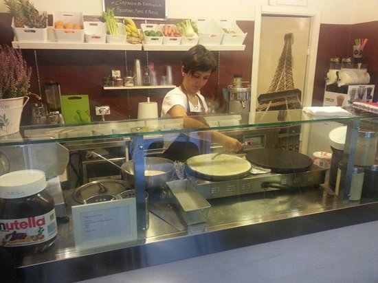 Crepes de Lune: Fredrica hard at work!