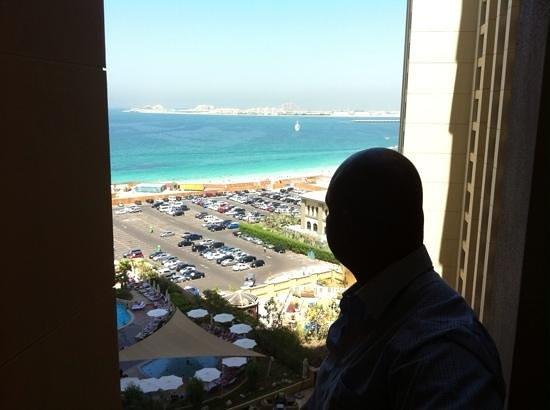 Amwaj Rotana: zicht vanuit een hotel kamer op de zee en the palm
