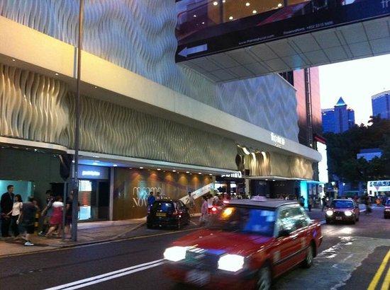 The Mira Hong Kong: Façade de l'hôtel qui change régulièrement de couleur grâce à des LED