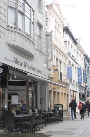 New Maximiliaan: Zicht op het restaurant en de winkelstraat