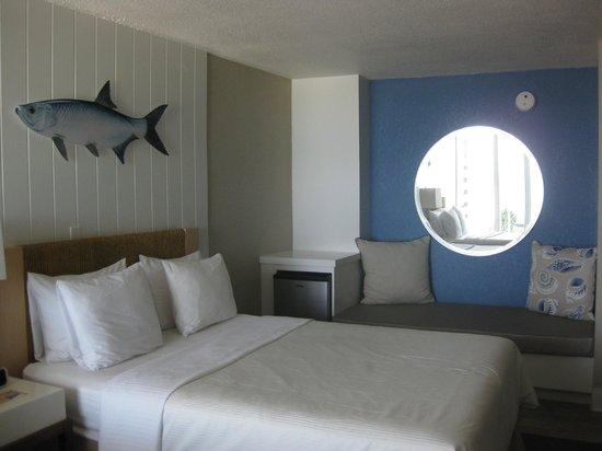 Postcard Inn Beach Resort & Marina: big comfortable bed