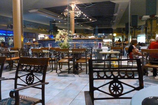 Hotel Kaktus Albir: Terraza exterior y la zona interior bar y sala baile