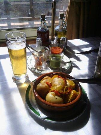 El Chamo : papas con mojos, местная закуска, печеный картофель с соусами - красным  и зеленым.