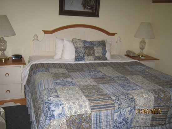 Blue Gate Garden Inn - Shipshewana Hotel: King bed was as comfortable as being at home.