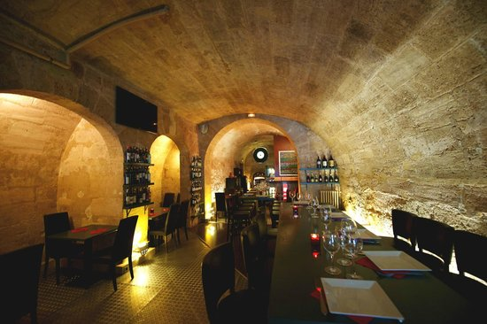 Verre o Vin : Main room XVIIIe century cellar, with vaults and old stones.