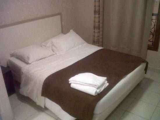 Hotel Paris Lecluse : Letto (grande come tutta la camera)
